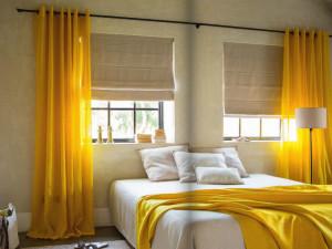 стая с жълти завеси